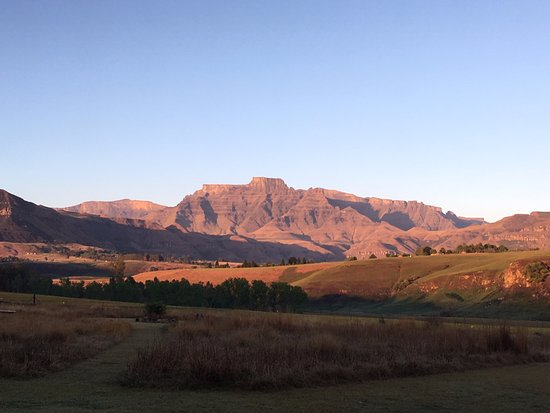 Cathkin Park, Sudáfrica: View of the Drakensberg from just in front of our tent