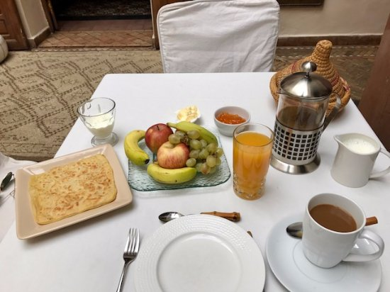 Zamzam Riad: Breakfast Service - offered omelets as well!