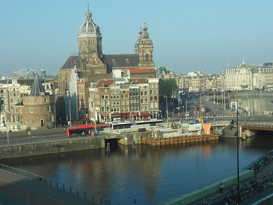 DoubleTree by Hilton Hotel Amsterdam Centraal Station: Old Amsterdam was a short walk away