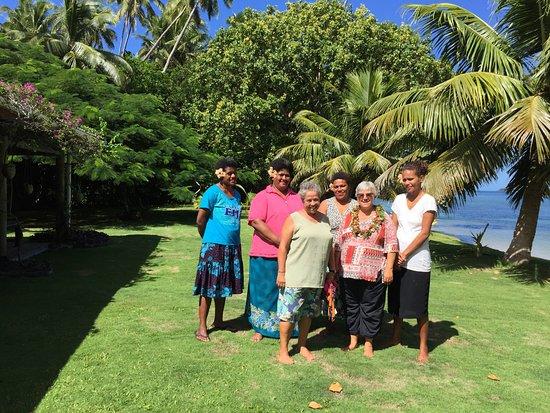"""Beqa Island, Fiji: Das freundliche Personal, der Blumenkranz und links der """"Openair"""" - Speisessal"""