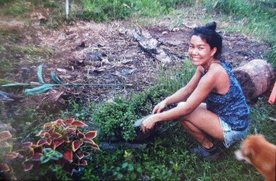 Don Det, Laos: Die Besitzerin erntet die Kräuter frisch aus ihrem Garten
