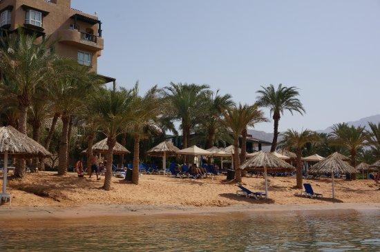 Movenpick Resort & Residences Aqaba: la plage privée avec chaise longue et parasol