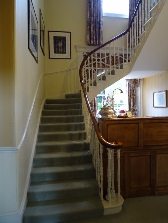 Apsley House Hotel: Elegant stairwell leading up to the rooms.