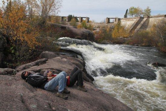 Pinawa, Kanada: Relaxing by the rapids