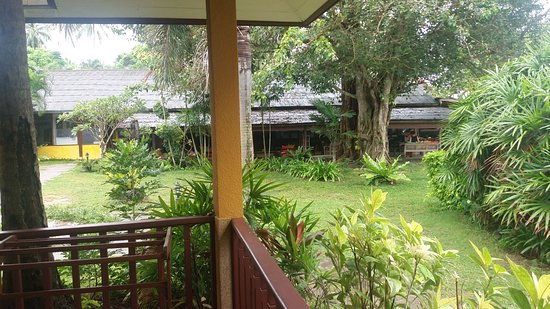 Lipa Noi, Thailand: A view from the patio towards the restaurant/office areas