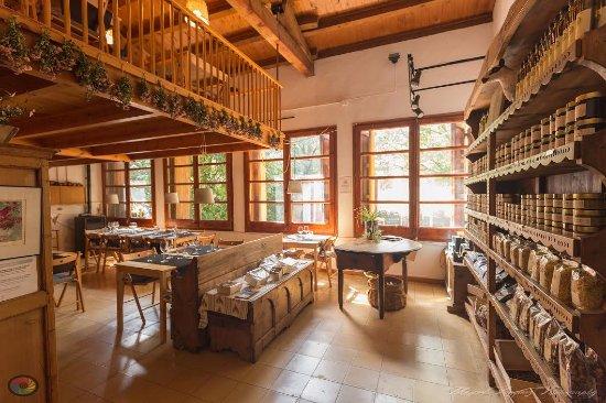 Bellver de Cerdanya, Spanje: comedor y tienda de productos artesanos de elaboración própia