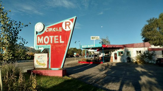 Circle R Motel: Entrance sign.