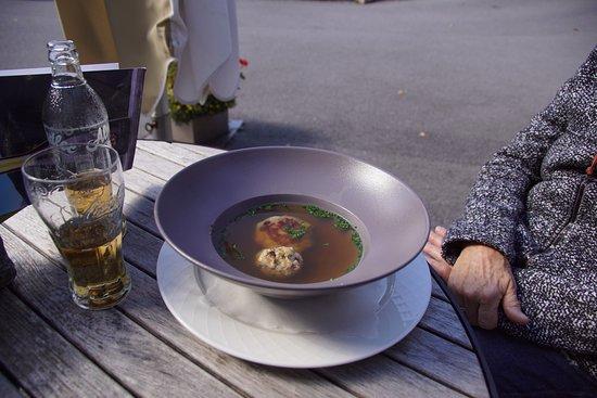 Zams, Austria: Knödel-Suppe auf der Terasse