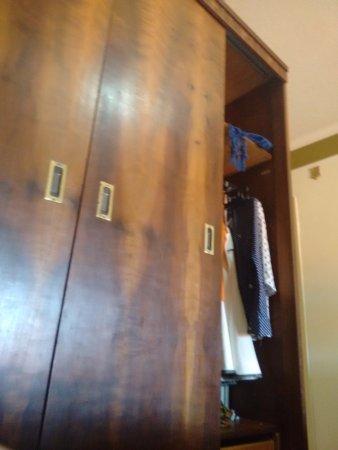 Hotel Colina Verde: Tem um guarda roupa também