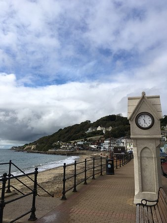 Ventnor, UK: Pretty sea front but tricky very steep access