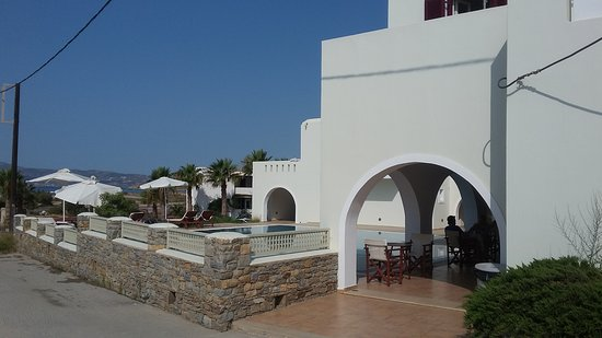 Agios Prokopios, Grecia: The hotel and pool area, viewed from the road