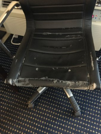 Quality Inn & Suites: Desk Chair in the Room