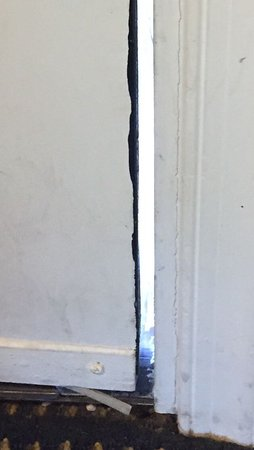 Quality Inn & Suites: HUGE Gap in teh Entry Door - Check out the stains on the door sill.