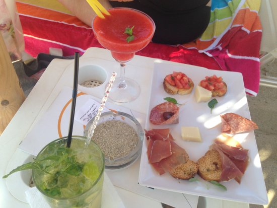 Agios Prokopios, Grekland: Free snacks with our cocktails, at the beach umbrellas to the right of the beach!