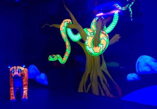 Newport News, VA: Mini Golf Snake in Tree Artwork