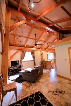 Carriage House Accommodations - Inn & Cottages : Hayloft a private timber-frame cottage - living room