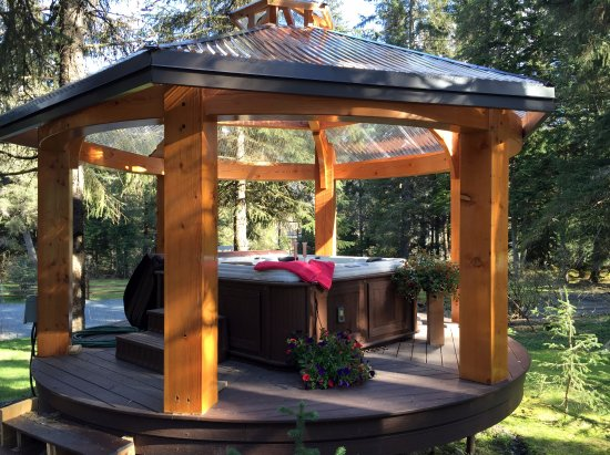 Carriage House Accommodations - Inn & Cottages : Hot Tub and Gazebo