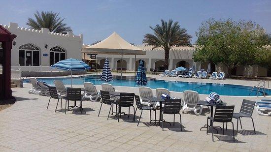 Falaj Daris Hotel: The larger pool with lounge bar.