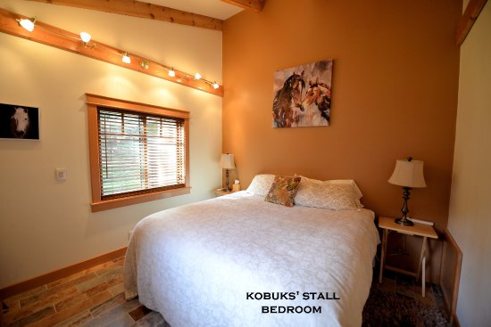 Carriage House Accommodations - Inn & Cottages : Kobuk's Stall Bedroom