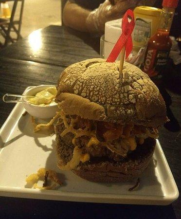 Bunker Burger e Beer: Delicioso hambúrguer artesanal com molho maravilhoso sabor, com leve sabor de alho,