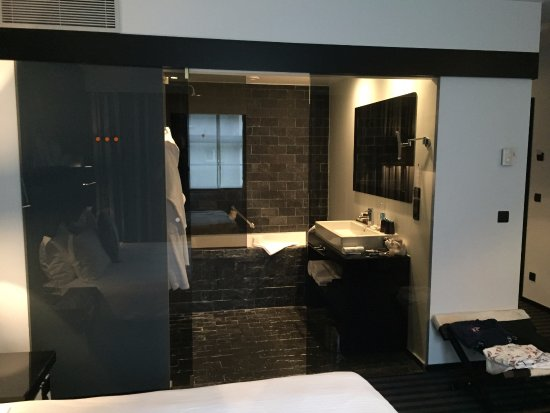 Hotel Be Manos, BW Premier Collection: No privacy with the glass bathroom door