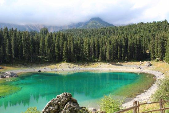 """Nova Levante, İtalya: Vista lago dalla passeggiata, con il Latemar """"coperto"""" dalle nuvole"""