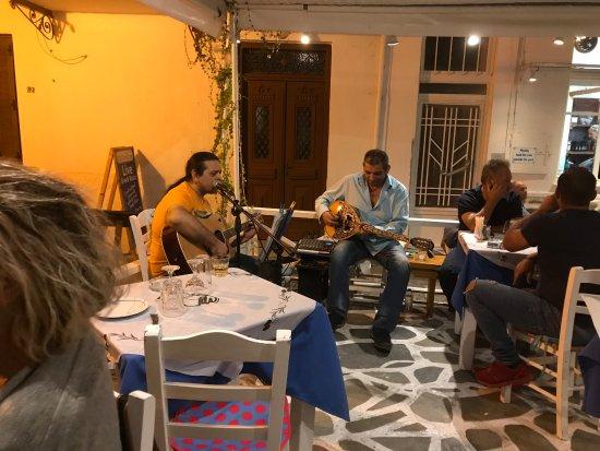 Hellinikon Restaurant: Live music