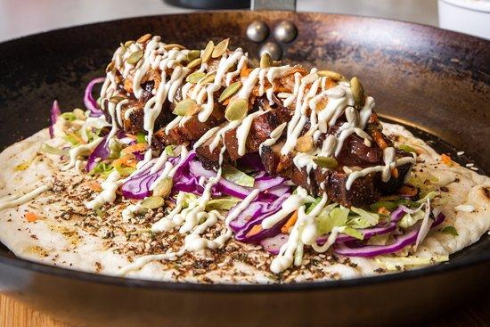 Weiden, Alemania: Unser Signature Dish: Frisch gegrilltes Naanbrot mit Schweinebauch und Kimchi Hot Sauce