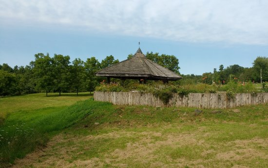 Lansdowne, Canada: Small Shelter near partking lot