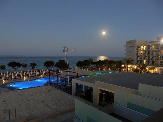 Pernera Beach Hotel: Udsigt i månens skær