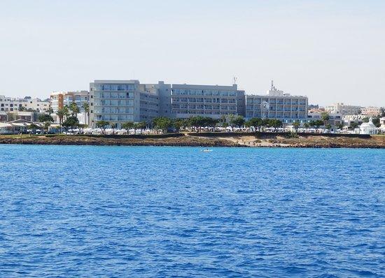 Pernera Beach Hotel: Set ude fra vandet under en sejltur