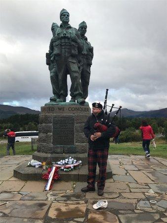Elgin, UK: The Guvnor honoring those who served at a war memorial