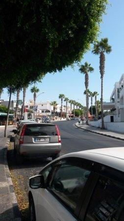 Kato Akourdalia, Chipre: Центральная улица нижнего Пафоса, где расположено кафе