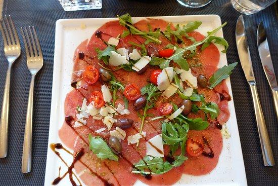 Jam Jam: Rindscarpaccio mit Rucola und gehobeltem Parmesan