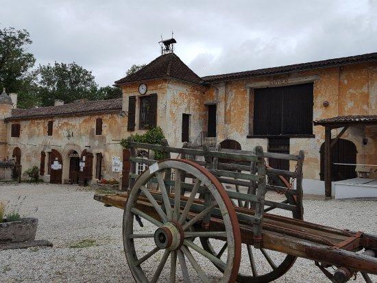 Begadan, France: de cour van Chateau laTour de By