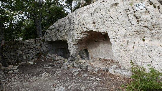 Luberon, Frankrike: une maison creusée dans la roche
