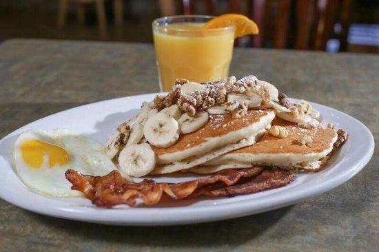 Needles, كاليفورنيا: Banana Nut Pancakes with Eggs and Bacon