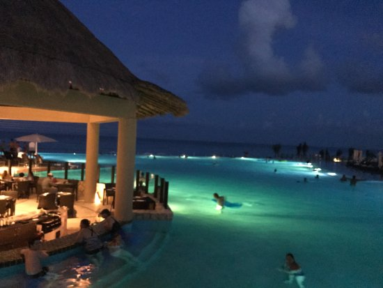 The Westin Lagunamar Ocean Resort Villas & Spa, Cancun: Atardecer en el agua un placer, iluminación hermosa!!