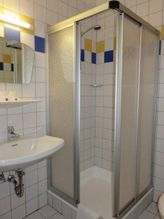 Kuchl, Austria: Salle de bain simple mais fonctionnelle