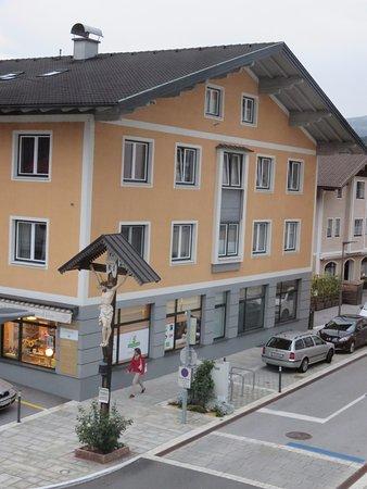 Kuchl, Austria: Vue de la chambre sur la rue