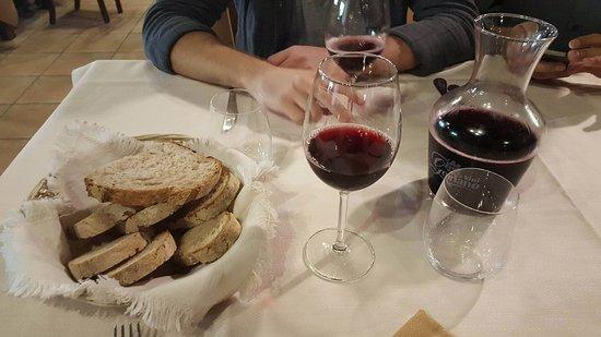 Grotte Santo Stefano, Italien: Pane di loro produzione e Vino rosso della casa