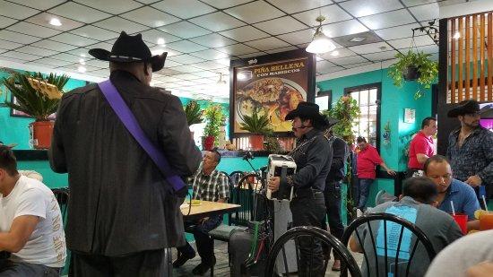 Doraville, Джорджия: Mariachi en Domingos