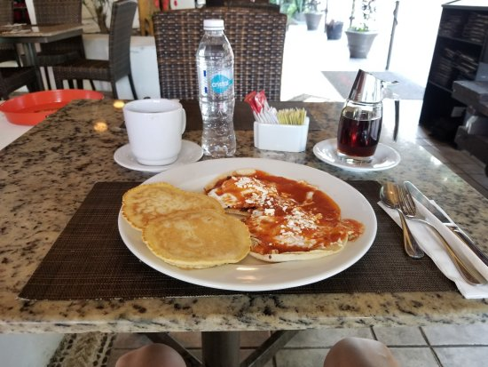 Los Tulipanes Restaurante, Bar & Cenote: pancakes and rancheros