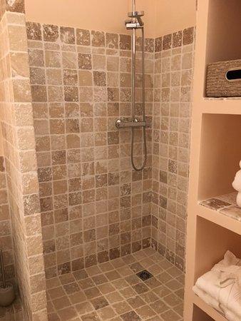 Chateau De Pondres No Shower Door Or Curtain