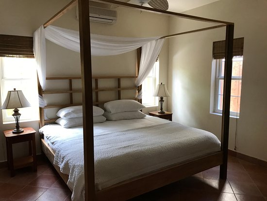 Caye Casa: King sized four poster bed