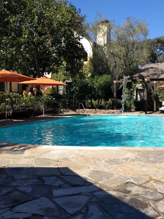 Kenwood Inn and Spa: Lounging by the pool :)