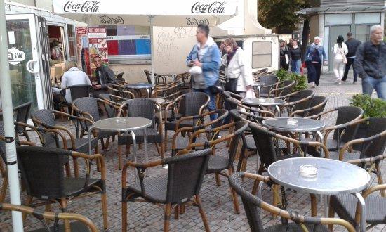 Cafe Boulevard : τα τραπέζια έξω .