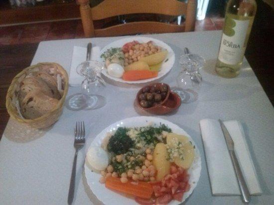 Vila Vicosa, Portogallo: Sugestão: Grãos com batata cozida, cenoura, ovo e tomate. Acompanhado com vinho branco B de Borb