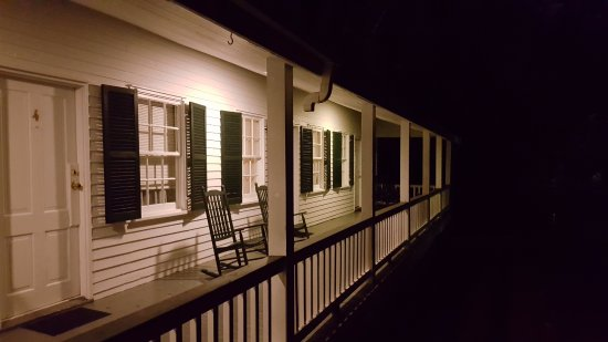 Twins Oaks Bed and Breakfast: The Evening Porch