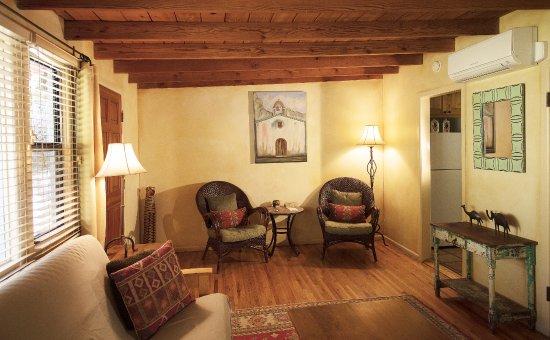 Blue Iguana Inn: Suite #5 Sitting